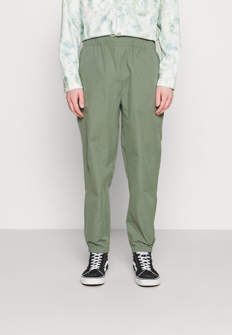 Carhartt WIP - HURST PANT - Tracksuit bottoms - dollar green