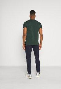 Only & Sons - ONSMARK TAP PANT  - Spodnie materiałowe - dress blues - 2