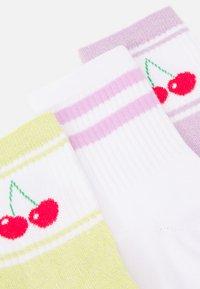 Pieces - PCLOLA TENNIS SOCK 3 PACK - Socks - bright white/cherry - 1