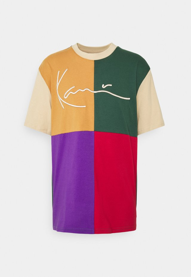 SIGNATURE BLOCK TEE UNISEX - Print T-shirt - sand