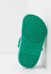 Crocs - CROCBAND - Pool slides - deep green/prep blue - 5