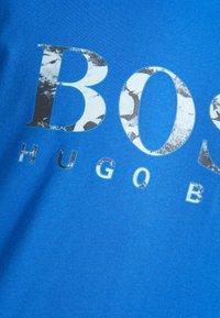 BOSS - TAUCH 1 10208401 01 - Triko spotiskem - medium blue - 5
