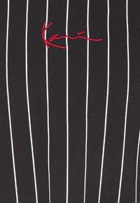 Karl Kani - UNISEX SMALL SIGNATURE PINSTRIPE TEE - T-shirt imprimé - black - 6