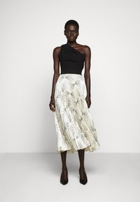 Victoria Victoria Beckham - OFF SHOULDER BACKLESS DRESS - Vestito elegante - dunes - 0