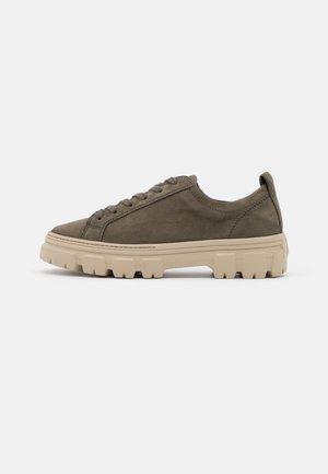 Zapatos con cordones - royal oliv