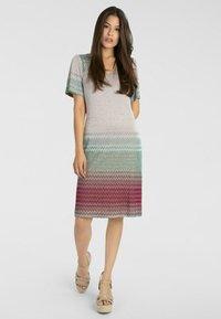 Apart - Vapaa-ajan mekko - puder-multicolor - 1