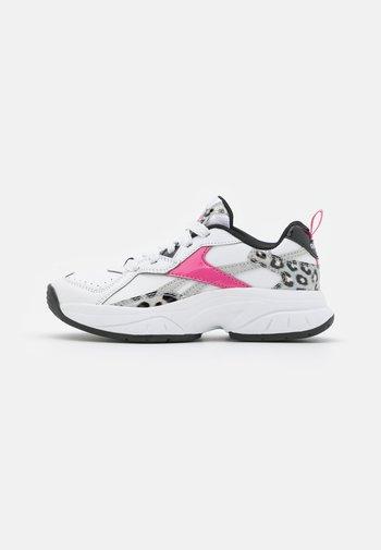 RBK XEONA UNISEX - Kuntoilukengät - footwear white/true pink/core black