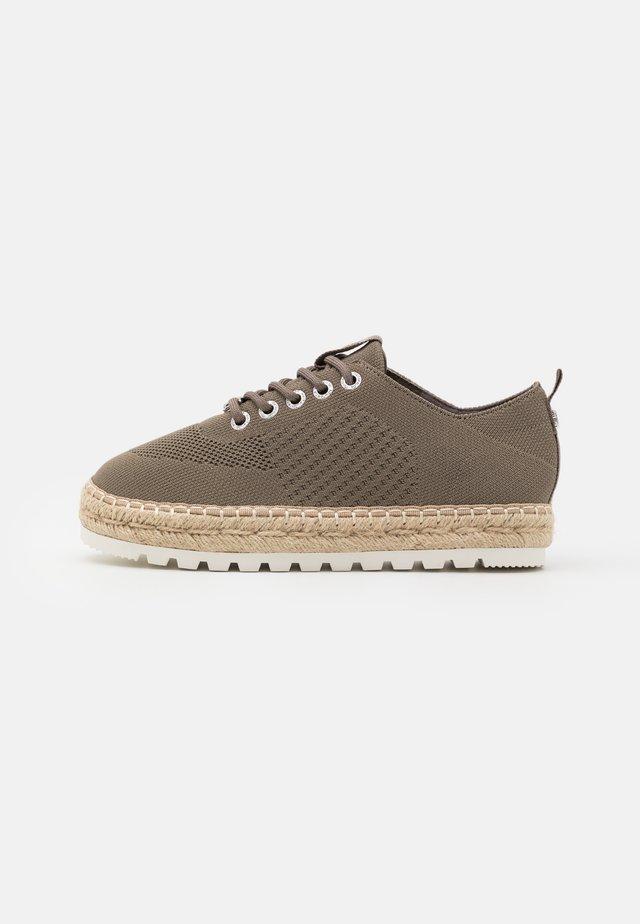 Sznurowane obuwie sportowe - khaki