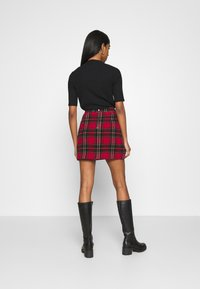 Hollister Co. - CHAIN PLAID MINI STATEMEN - Miniskjørt - red - 2