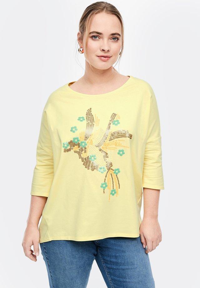 ORNÉ D'UN MOTIF ARTISTIQUE APPLIQUÉ - Sweatshirt - soft yellow