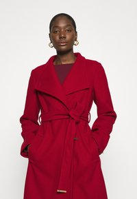 Dorothy Perkins - FUNNEL COLLAR GLOSSY COAT - Classic coat - red - 3