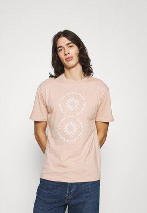 VISION UNISEX - Print T-shirt - rose