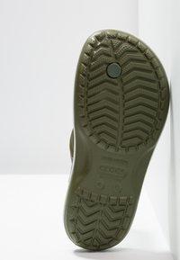 Crocs - CROCBAND FLIP UNISEX - Infradito da bagno - army green/white - 4