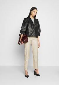 Selected Femme Tall - SLFNOLA CROPPED PANTS - Pantalon classique - silver - 1
