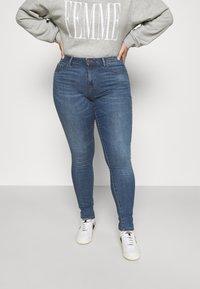 ONLY Carmakoma - CARFLORIA LIFE SKINNY  - Jeans Skinny Fit - medium blue denim - 0