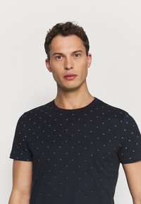 TOM TAILOR DENIM - WITH ALLOVERPRINT - Print T-shirt - navy small wave - 3