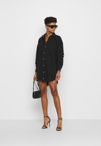 Missguided - SUPER DISTRESS DENIM DRESS - Denimové šaty - black - 1
