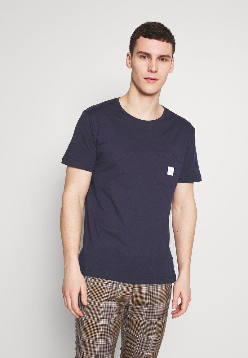 Makia - SQUARE POCKET - Basic T-shirt - dark blue