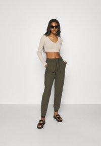 ONLY - ONLKELDA EMERY PULL UP PANTS - Pantalones deportivos - grape leaf - 1