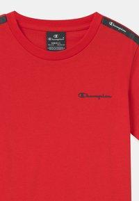 Champion - AMERICAN CREWNECK UNISEX - Print T-shirt - red - 2