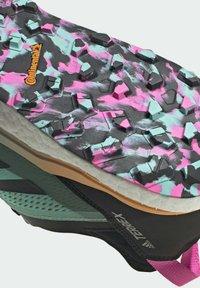 adidas Performance - TERREX AGRAVIC FLOW GORE-TEX TRAILRUNNING-SCHUH - Nøytrale løpesko - green - 8