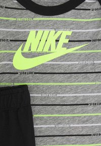 Nike Sportswear - STRIPE PANT SET - Body - black - 3