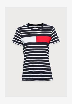 TEE REGULAR FIT FLAG - T-shirts print - classic brenton/sky
