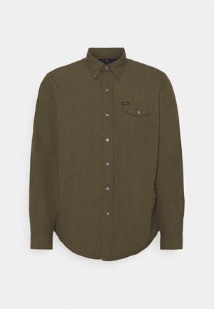 CLASSIC FIT UTILITY SHIRT - Lehká bunda - defender green