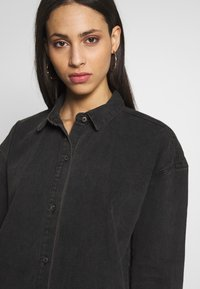 Missguided Tall - OVERSIZED DRESS STONEWASH - Denimové šaty - black - 3