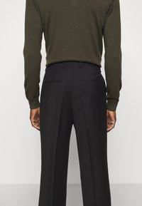 J.LINDEBERG - REMY PLEATED PANTS - Trousers - black - 3