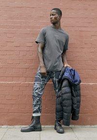 G-Star - REFLECTIVE LOGO LOOSE OD R T S\S - T-shirt z nadrukiem - compact black - 6