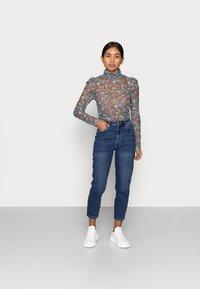 Vero Moda Petite - VMJOANA MOM - Slim fit jeans - medium blue denim - 1
