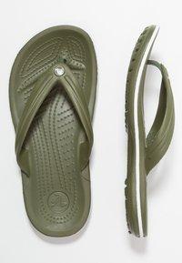 Crocs - CROCBAND FLIP UNISEX - Infradito da bagno - army green/white - 1