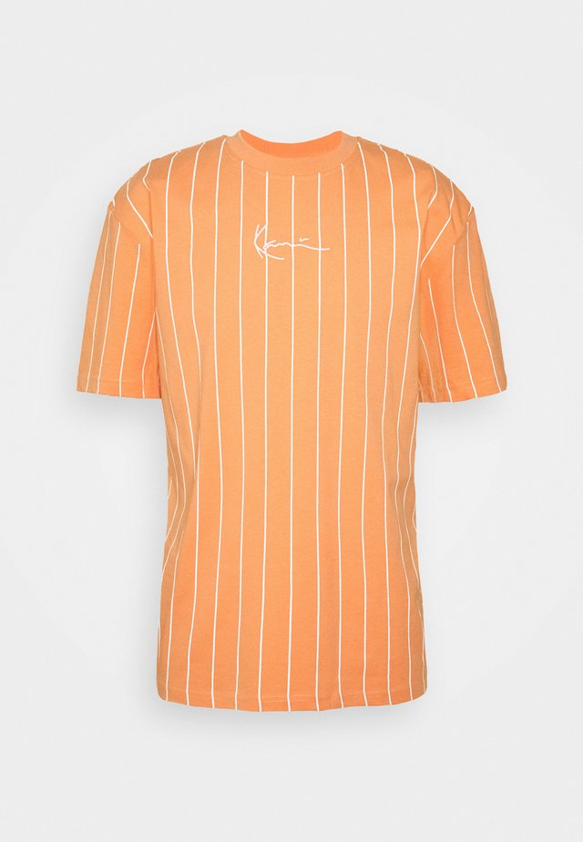 SMALL SIGNATURE PINSTRIPE TEE UNISEX - Print T-shirt - coral/white