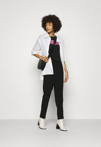 Guess - ADRIA TEE - T-shirt con stampa - jet black - 1