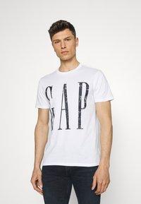 GAP - LOGO DISTRESS - Print T-shirt - white - 0