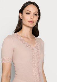 Rosemunde - T-shirts med print - vintage powder - 3