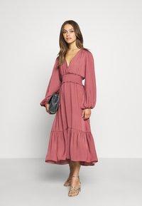 Forever New Petite - SHIRRED DRESS - Sukienka letnia - burnt berry - 1
