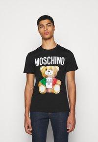 MOSCHINO - Print T-shirt - fantasy black - 0