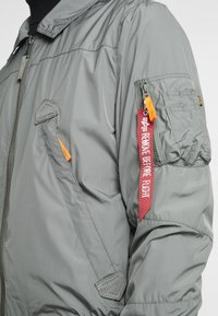 Alpha Industries - Bomberjacks - vintage green - 6