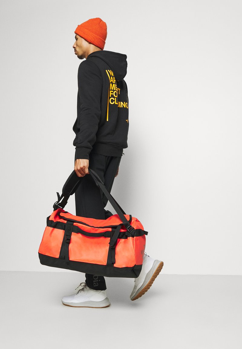 The North Face - BASE CAMP DUFFEL S UNISEX - Sports bag - flare/black