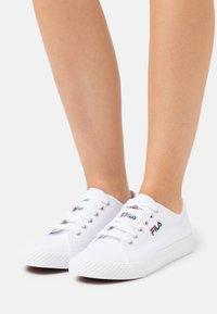 Fila - POINTER CLASSIC - Sneakersy niskie - white - 0