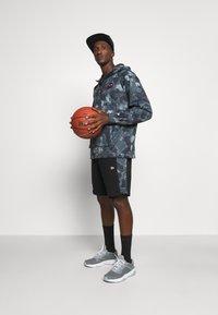 New Era - NBA LOGO OUTDOOR UTILITY PANEL - Sports shorts - black - 1