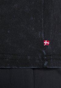Han Kjøbenhavn - ARTWORK TEE - Print T-shirt - blue acid - 6