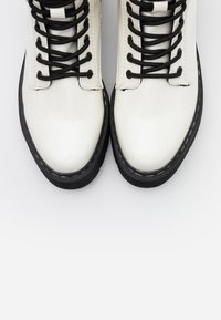 TOM TAILOR DENIM - Botines con plataforma - white - 5