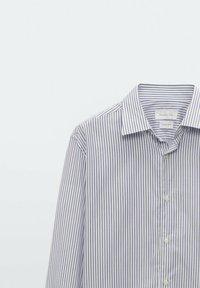 Massimo Dutti - GESTREIFTES SLIM FIT - Formal shirt - blue - 3