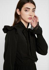 NA-KD - SMOCKED FLOUNCE DETAIL DRESS - Denní šaty - black - 4