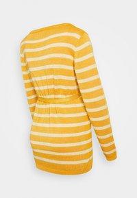 MAMALICIOUS - MLBLACK V-NECK - Jersey de punto - mineral yellow/sunlight - 1