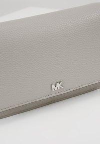 MICHAEL Michael Kors - MOTTPHONE CROSSBODY - Skulderveske - pearl grey - 6