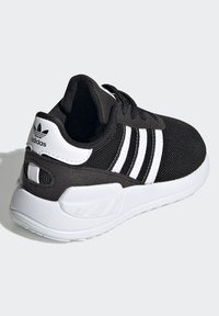 adidas Originals - LA TRAINER LITE SHOES - Sneakers - core black/ftwr white/core black - 3